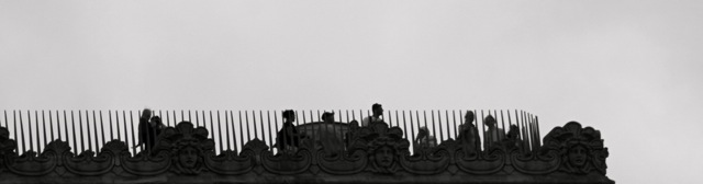 Era dimineaţă. Am ieşit din hotel şi m-am uitat în sus și acolo, sus, am văzut mulţi oameni. Am vrut să merg și atât de sus, adică la L'arc de triomphe de l'Étoile.