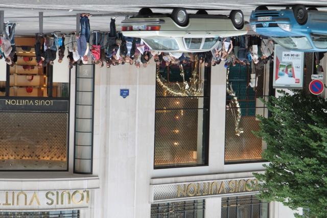 Cu susu-n jos, așa este lumea pentru mine când vine vorba de modă, probabil fashionistele mă vor considera o ignorantă. Dar cum este posibil să stai la o coadă kilometrică la un magazin Louis Vuitton, de pe Champs-Élysées? E drept, magazinul e făcut în 1913.