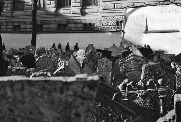 Dacă treci podul înapoi și o iei spre nord, găsești Cartierul Evreiesc, unde e Cimitirul din Praga, cel din cartea lui Eco. Monumentele sunt atât de multe fiindcă în religia mozaică nu poți exhuma pe nimeni, ci doar îngropa peste, așa că pietrele se aliniază ca piesele de domino.