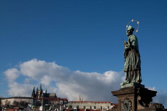 Castelul din Praga, la care duce Podul Karel, e cel mai mare castel vechi din lume: vreo 70 de hectare.