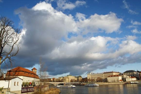 Râul e Vltava (apropo, în nemțește i se zice Moldau). Sub pod, aproape, e ceva care merită văzut, numit Muzeul Kafka.