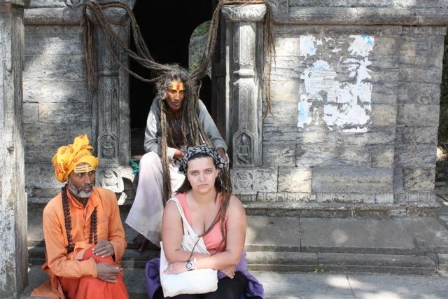 Am dat un bănuţ şi m-am pus la poză, lângă aceşti cetăţeni care îşi fac veacul prin templul Pashpatinath, Nepal. Eram bosumflată pentru că doamna şi-a aruncat cosiţele pe umărul meu. Cosiţele nu erau spălate de cel puţin 20-30 de ani.