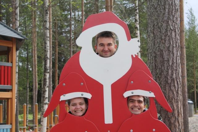 Suntem fascinaţi de chestiile în care îţi poţi băga capul. Nu ratăm niciuna şi nu ne dăm în lături de la a ne face de râs în faţa celorlalţi turişti. Aici eram în Rovaniemi, la satul lui Moş Crăciun.